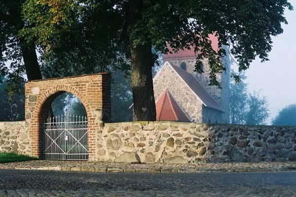 16_feldsteinkirche600